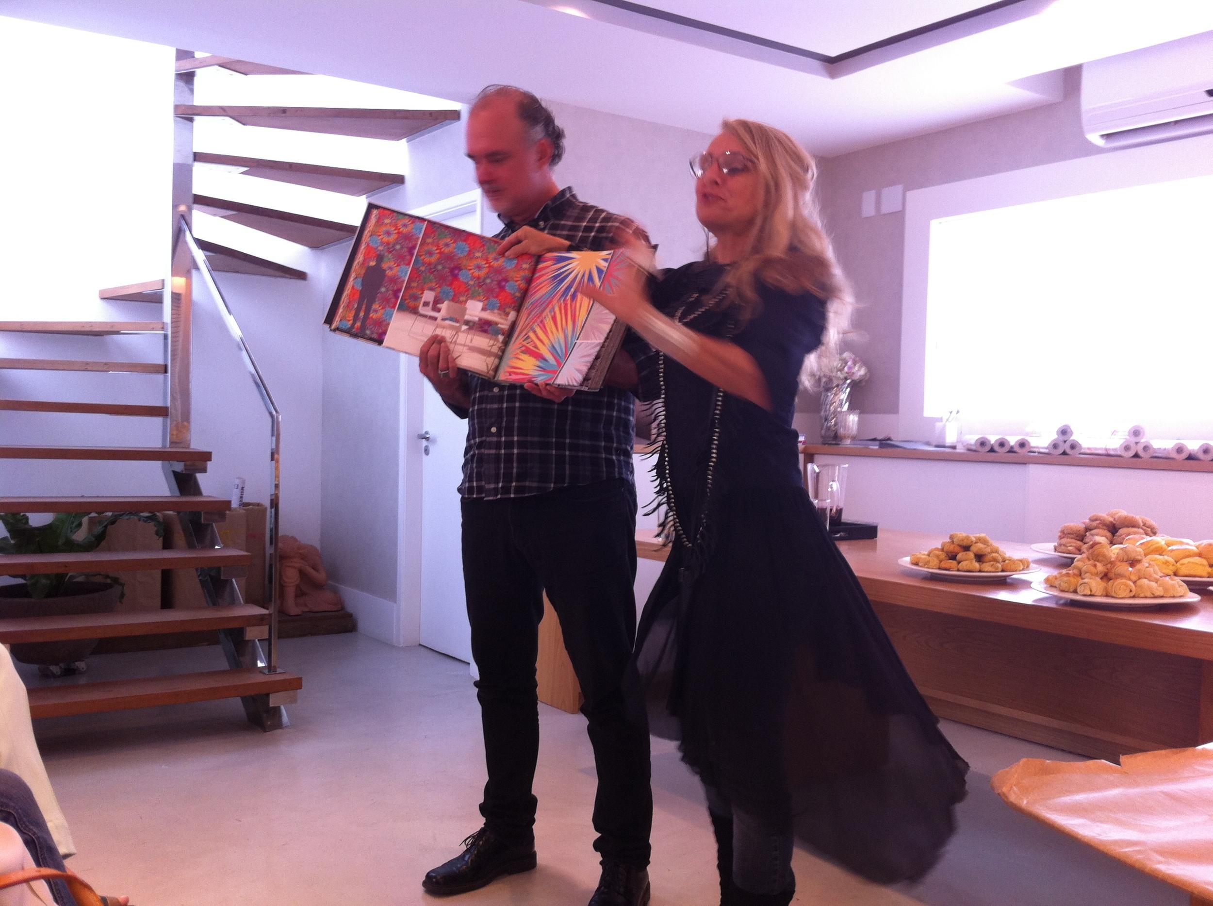 Eduardo e Gigi apresentam a cartela de papéis de parede da Think Surface - Fonte: Madi Arquitetura e Design