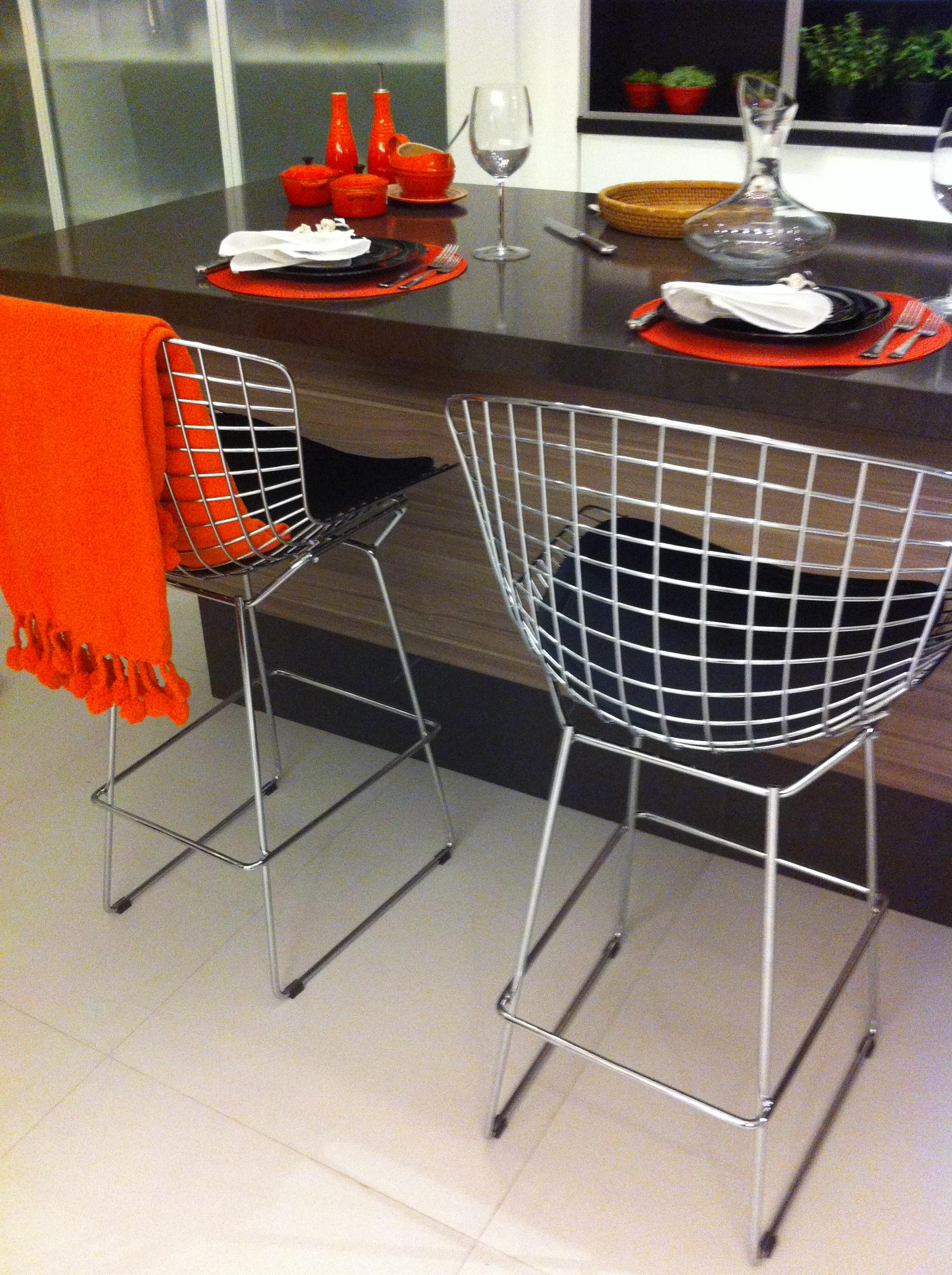 Banquetas Bertóia da loja FormPlast - Fonte: Acervo Madi Arquitetura e Design