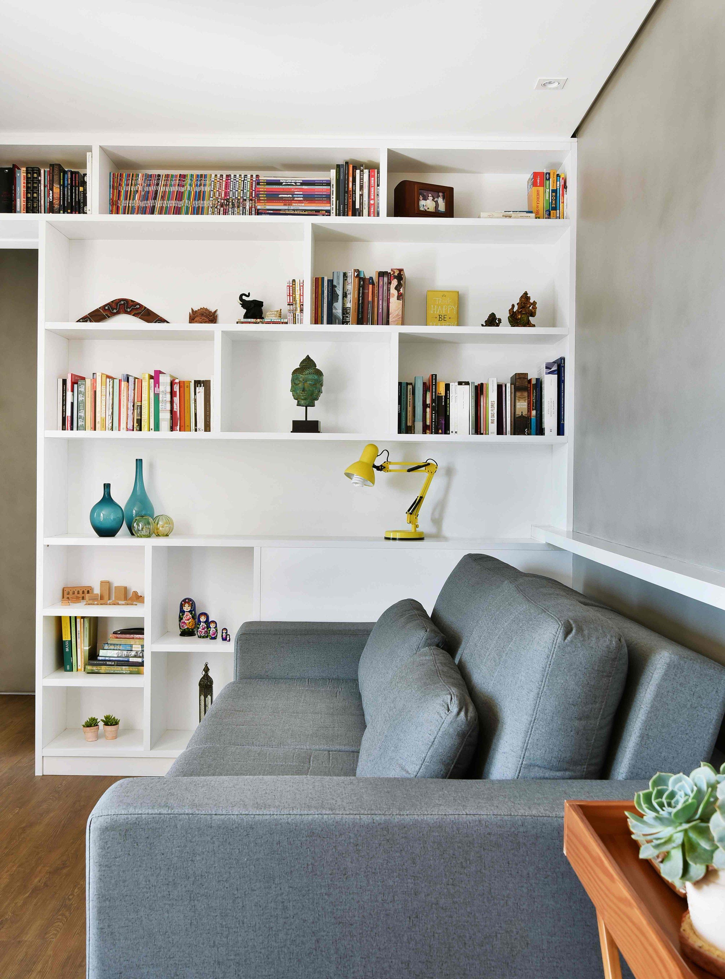 Estante em Marcenaria com acabamento em Fórmica Branca  Projeto e Gerenciamento: Madi Arquitetura & Design  Foto: Sidney Doll