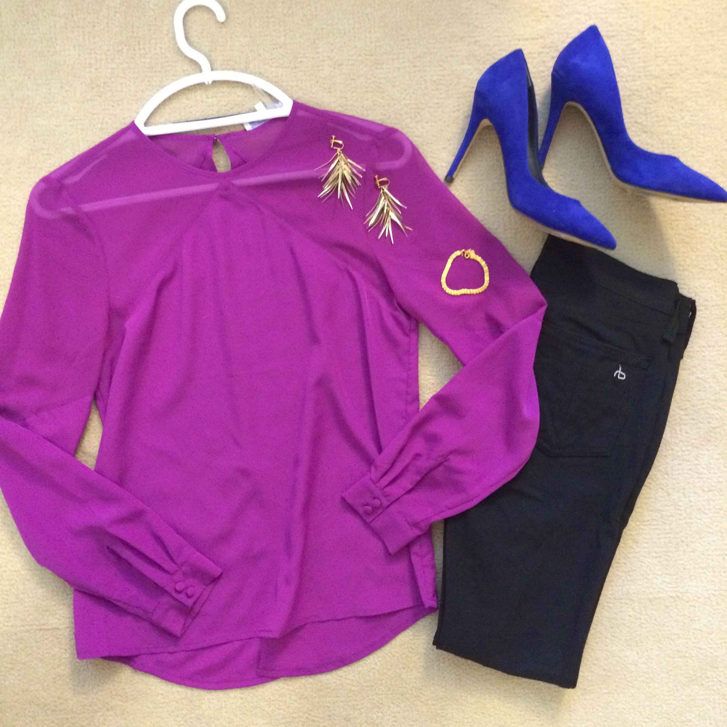 If you prefer to stick to one major dose of color in your clothes, how about a pop color accessory? I love the way the cobalt heels add something extra to the look, much more than black heels would. Playing with color expresses your personality, lets them know you're a bit daring, and that you don't mind being the center of attention!