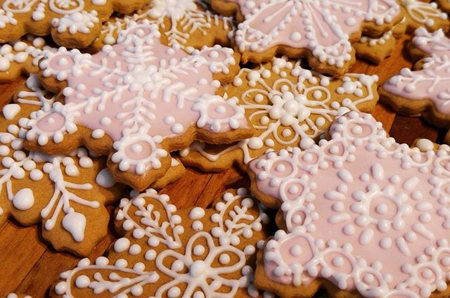 #Gingerbread #snowflakes all ready for #Christmas. #delicious #deliciousfood #toogoodtoeat