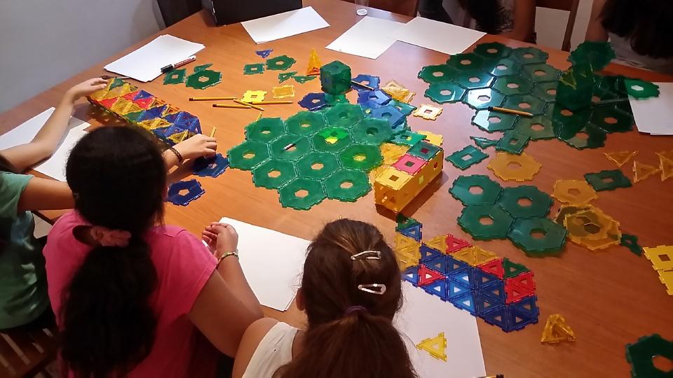 Discovering geometrictessellations with mathematics & art