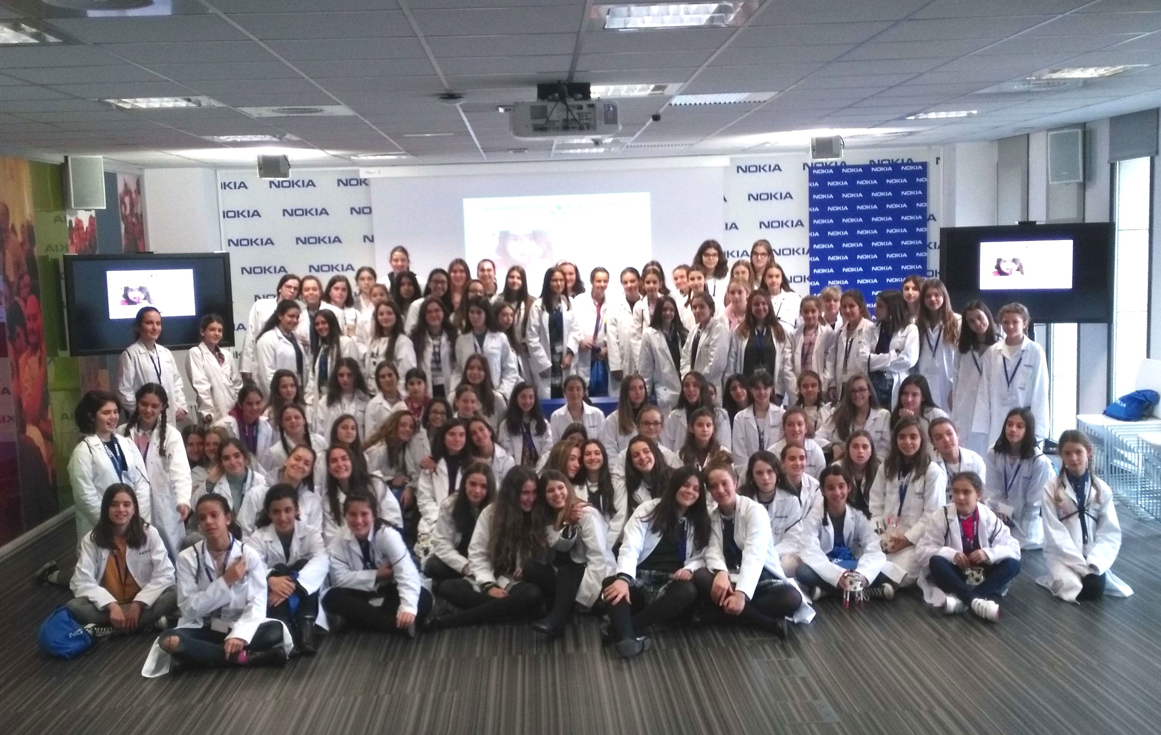 g4g Day @Madrid - Dec. 2018    Our last event in 2018 was in Madrid, with the terrific team of Nokia! Fom drawing into VR to learning the chemistry behind bath bombs, 100 girls could experience all the fun in science!