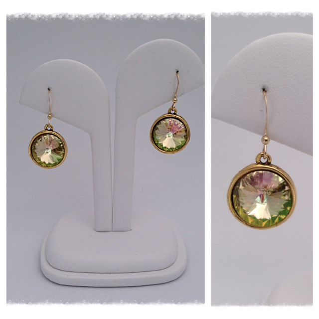 A mix of green, gold and brownish reflection for an irresistible shine made with Swarovski crystals