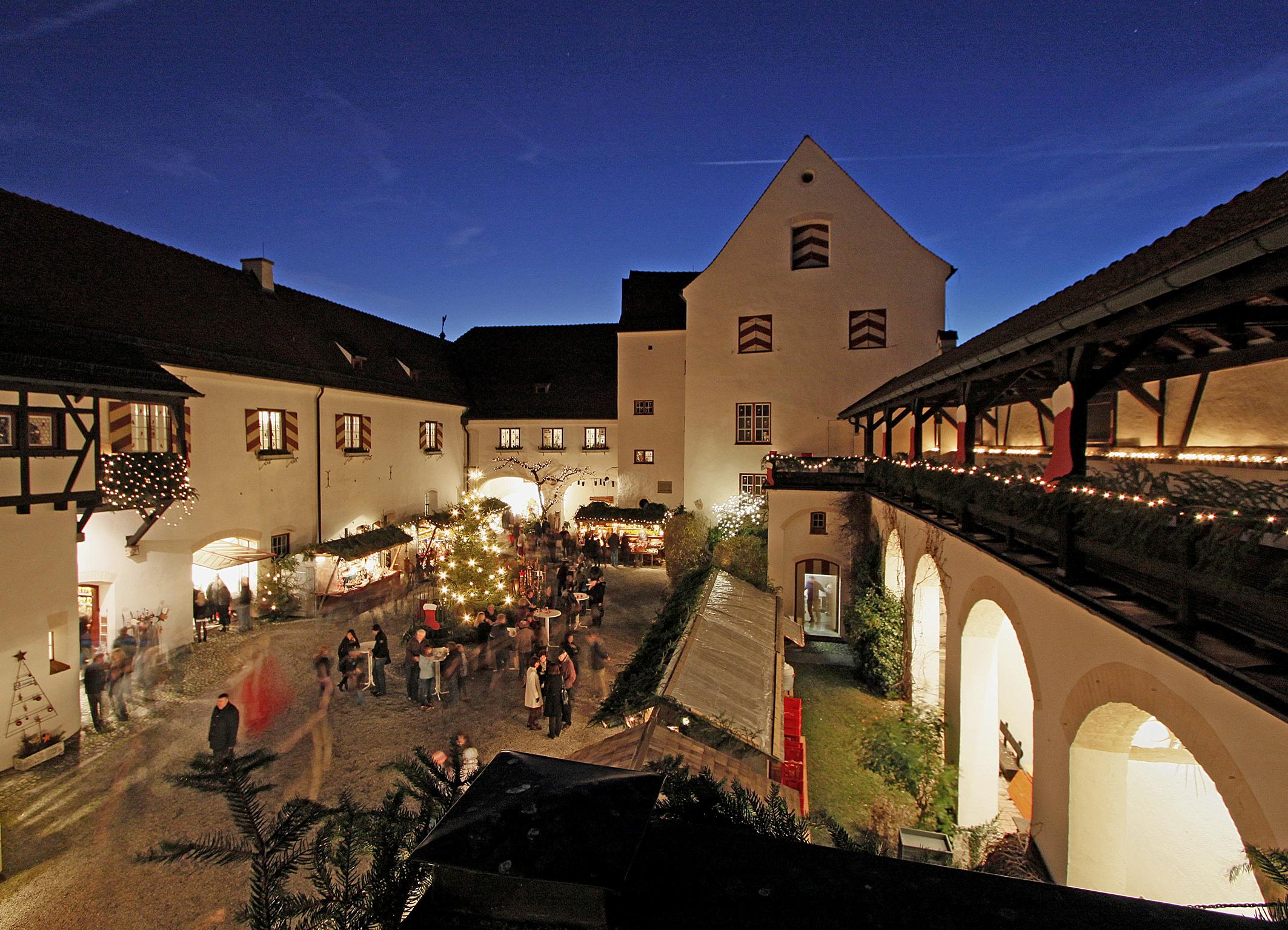 Romantischer Weihnachtsmarkt.Weihnachtsmarkt Schloss Kronburg