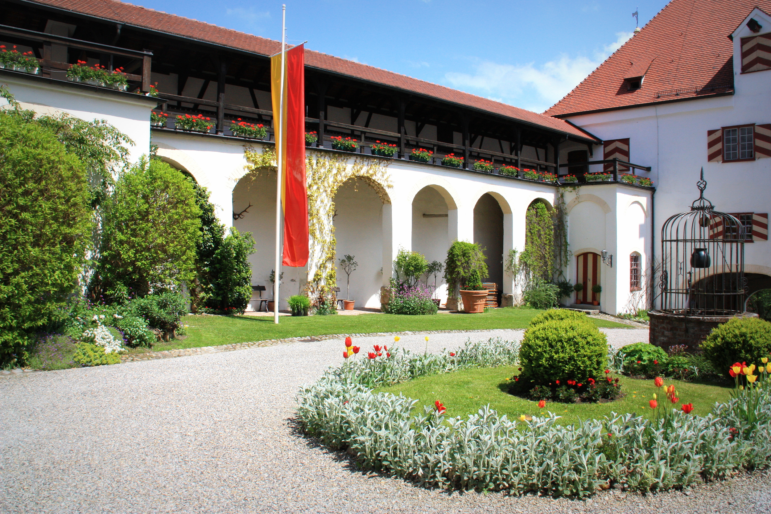 Schlosshof_SchlossKronburg.JPG