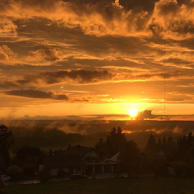 Schön wenn nach einem regnerischen Tag noch die Sonne rauskommt. Und dann noch so! #nofilter #nofilterneeded #sunset #kronburg #schlosskronburg #herbststimmung