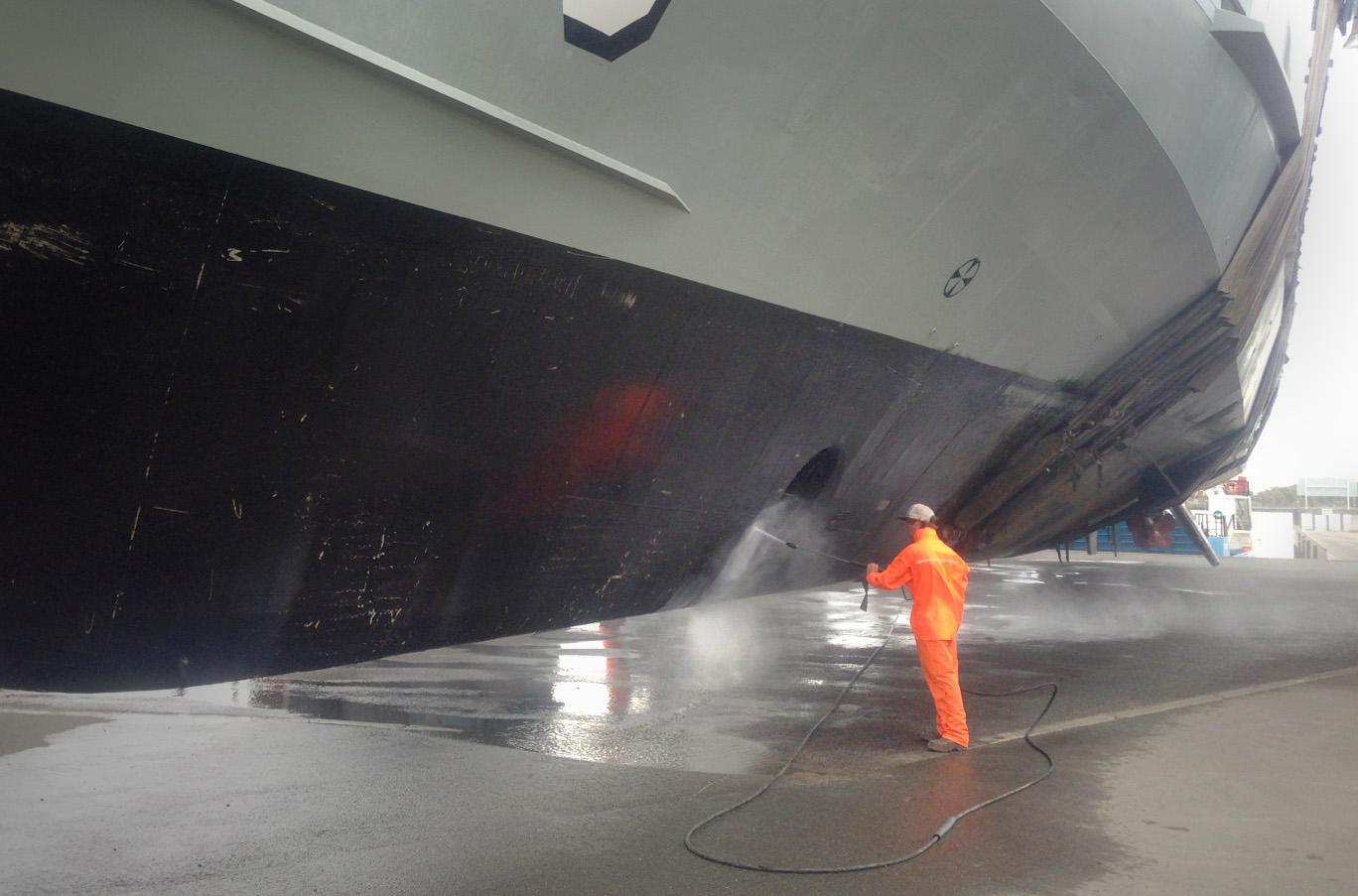 HMAS Bathurst water washing 2013 005.jpg