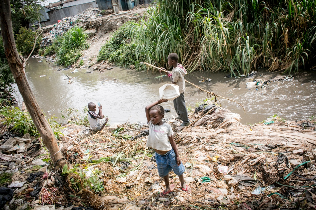 Children nearby the polluted Nairobi river.