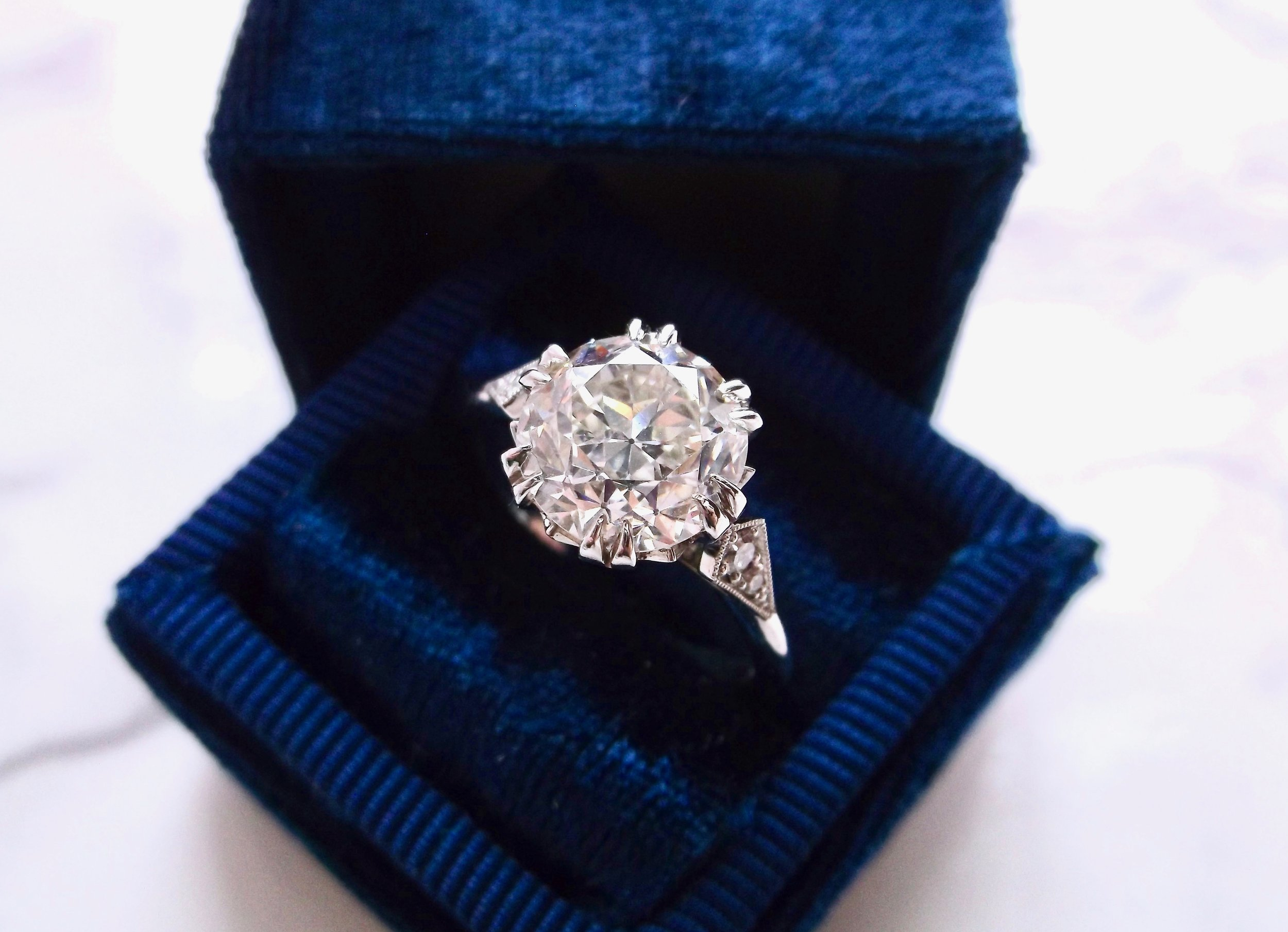 We're back! And ready to kick off 2018 with a big Old European cut diamond! 2.88 carats to be exact! Shop this showstopper  HERE .