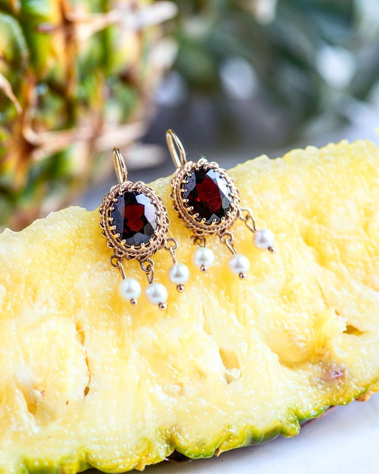 That's our kind of delicious! Juicy garnets and a juicy slice of pineapple🍍 SHOP  HERE !