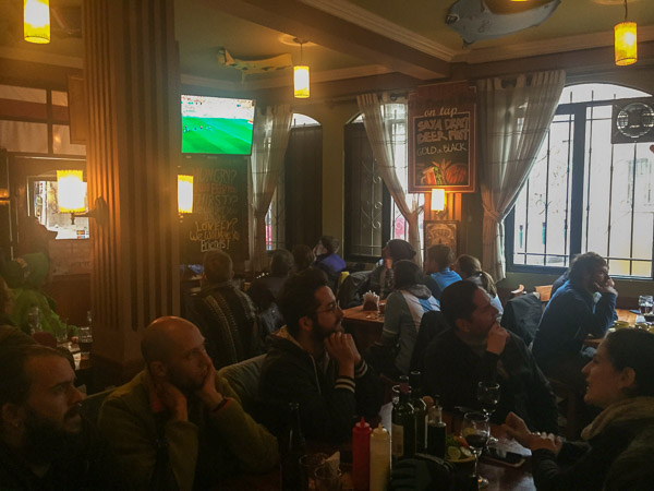 english_pub_packed _for_football.jpg