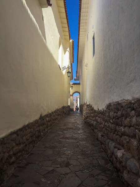 cusco_narrow_alley.jpg