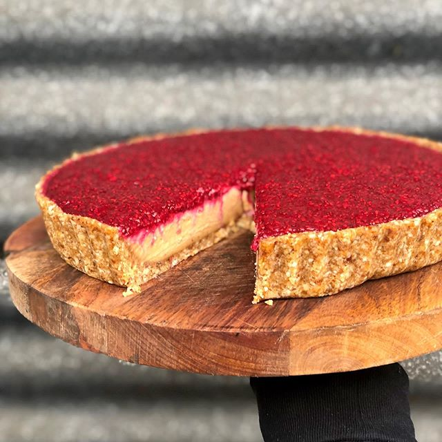 Peanut butter jelly time tart in the house! 🥜🍓 Come on in for a slice 😍 #plantbased#healthyfood#vegan#foodporn#glutenfree