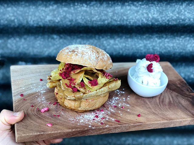 Last nights vegan dessert burger at our weekly burger night 🍌 Caramelised banana, peanut caramel sauce, sea salt @propercrisps freeze dried @fresh.as raspberries, all on a home made cinnamon brioche bun. With a scoop of @littleislandnz vanilla nice cream 🍦 OH LORDY! 🙌🏽 Who would like to see dessert burgers more often? 🤩 #burgers#dessert#plantbased#vegan#foodporn#rotoruanz#okerefalls#eats