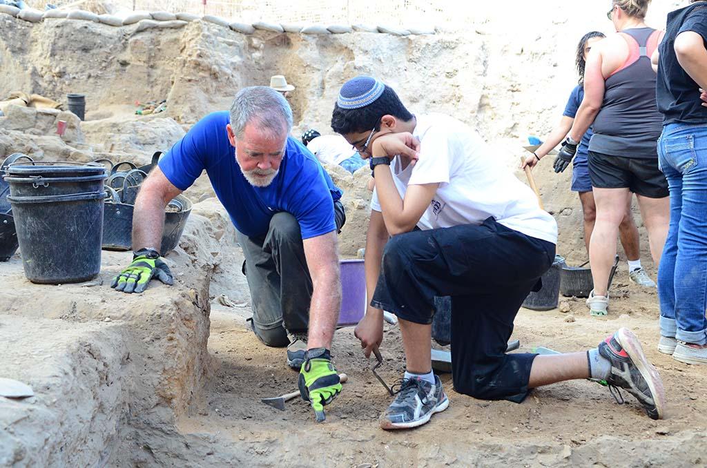 A volunteer explains the dirt
