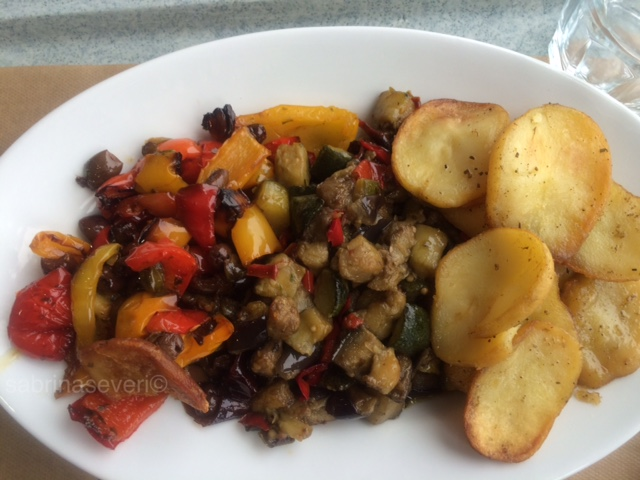 Misto di verdure e patate arrosto  Mixed vegetables and roast potatoes