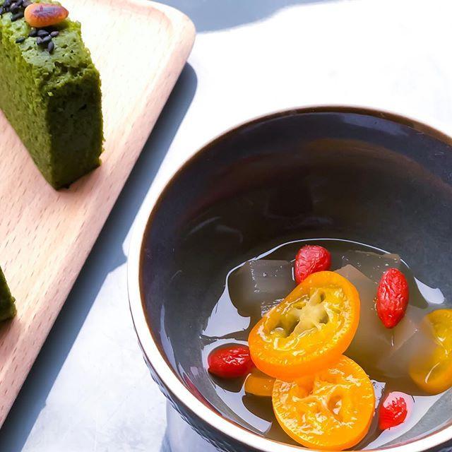 Ce petit dessert est un vrai miracle ! 📿 ces cubes d'agar~agar sont accompagnés de fines tranches de kumquat et de baies de gogi marinées et infusées dans son nectar gingembre et curcuma. Servie frais, cette douceur  apporte non seulement du goût, mais aussi toutes les vertus de ses ingrédients ✨🌿 idéal pour rafraîchir l'esprit en petit déjeuner 💌 . . . . #dessert  #ayurvedic #ayurvedafood #balanced #ginger #curcuma #spices #agaragar #vegan #glutenfree #fresh #feelgood #feelgoodfood #japanesefood #japaneseinspiration #cookvegan #lowcarb #organic #gogi #plant #plantbased #detox #antiaging #imunebooster #imunebooster #antioxidante #kumquat #exotic #matchacake #energyboost #healthybreakfast