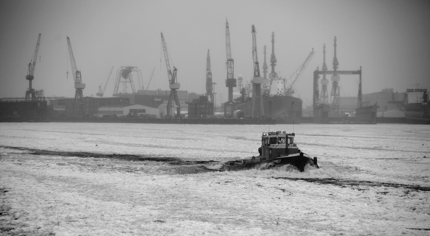 Wintery Hamburg harbour, Hamburg, Germany