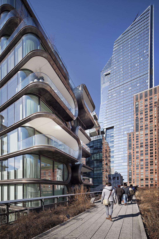 Kohn Pedersen Fox - KPF's new Manhattan development, Hudson Yards including 520 West 28th Street by Zaha Hadid. Shot from the High Line, Manhattan, New York City, USA.