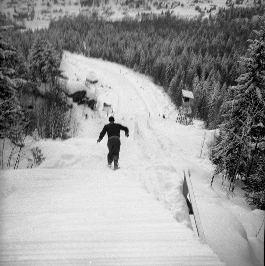 Ski Jumper Starting Jump [DN-350]