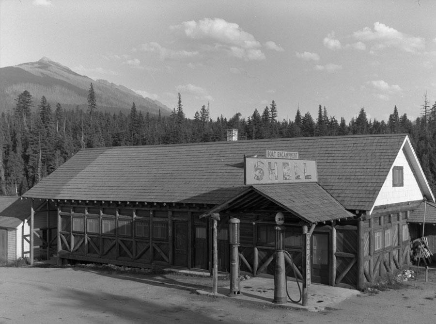 Joe McKinnon's Gas Station, Boat Encampment [DN-950]