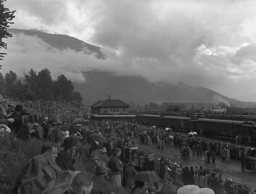 Crowd at Depot for Royal Visit 1939 [DN-711]