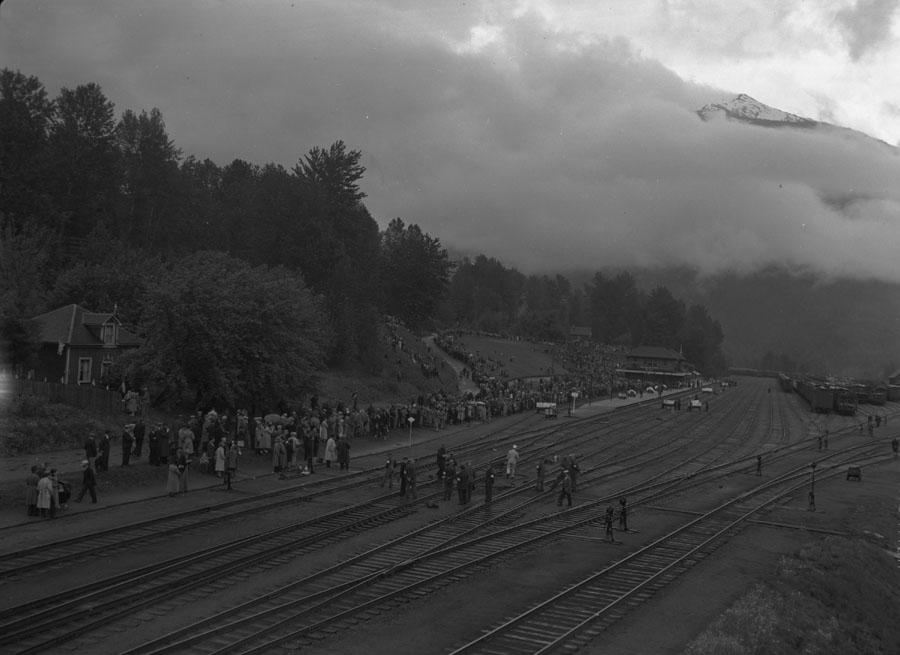 Crowd at Depot for Royal Visit [DN-712]