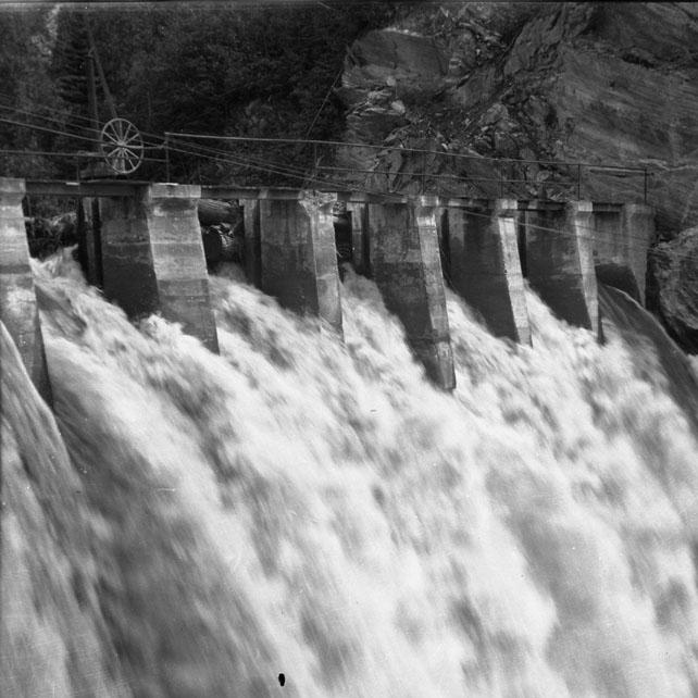 DN-175 Illecillewaet Dam.jpg