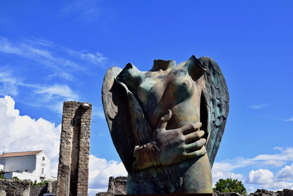 Pompeii lifesize statues.jpg