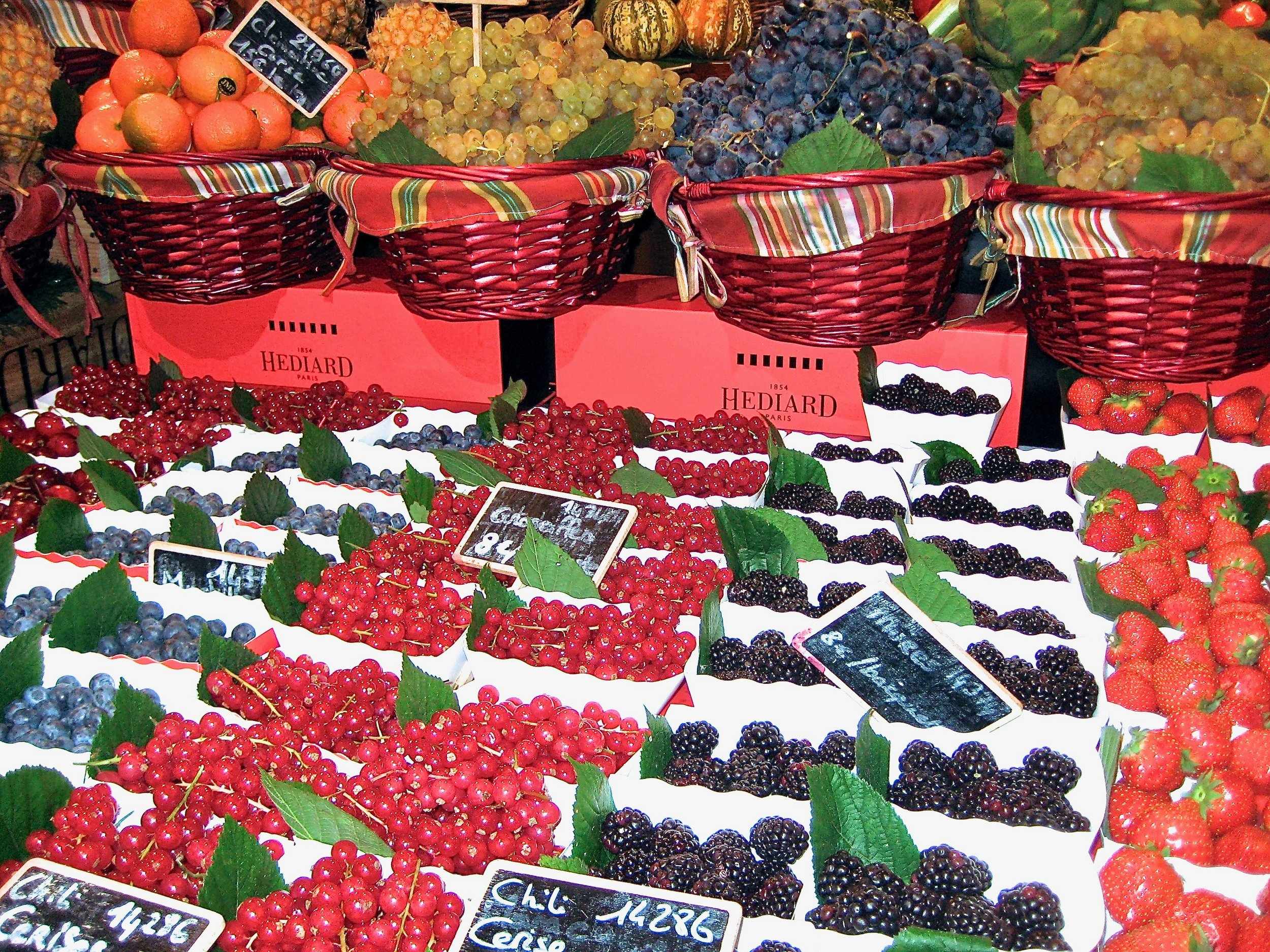 Eat fruit in moderation on a paleo diet. Stick to lower glycemic fruits like berries