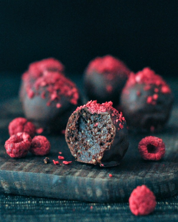 Raspberry-Dusted-Chocolate-Fudge-Brownie-Truffles-@spabettie.jpg