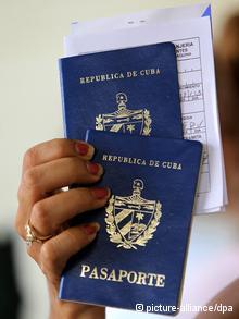 E n la emisión del pasaporte podría estar un nuevo mecanismo de control, sospechan opositores y algunos emigrados.