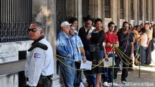Cubanos ante la embajada de España (archivo, 2011).