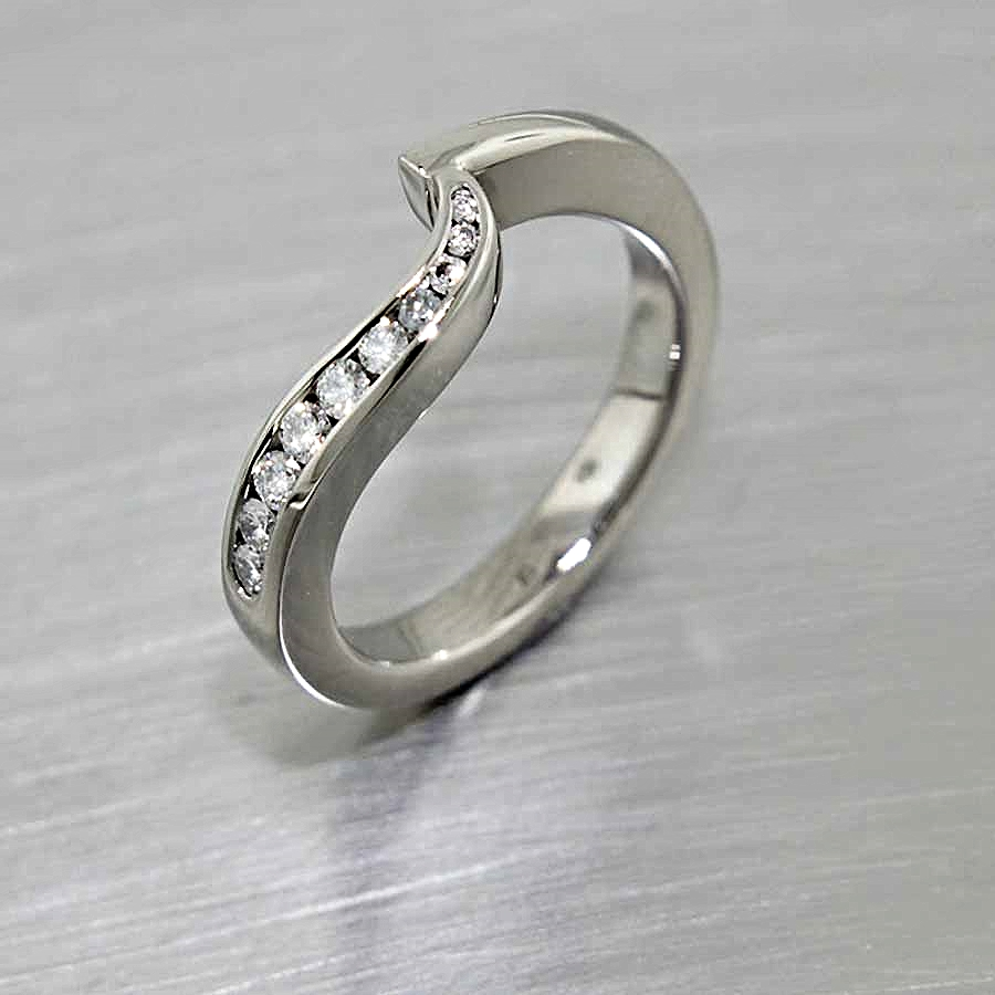 Style #11110247: Fitted Diamond Wave Band in White Gold