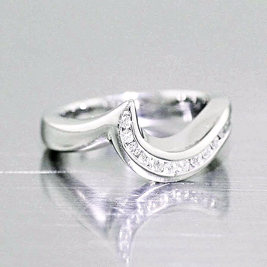 Style #21110058: Fitted Diamond Wave Band in Platinum