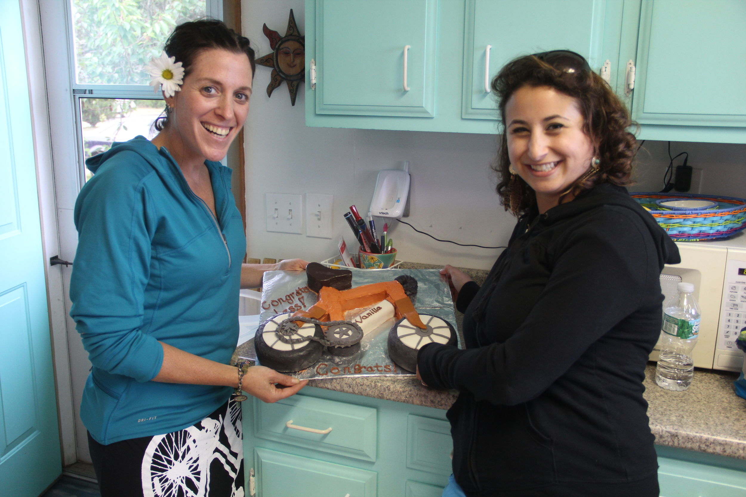 My cousin Leslie and I. And, her incredibly creative Vanilla Bicycle cake that took her two days to make! And it was YUMMY! Because of it, I choose cake over the ice cream this week... Thanks Leslie!!