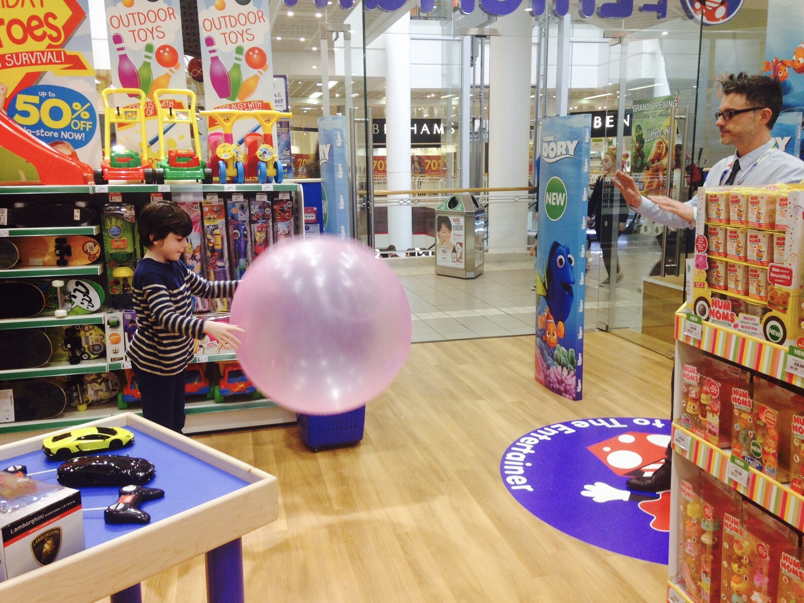 Wubble Bubble demo- it's now on Smix' birthday list (p.s. It's £2 cheaper in The Entertainer than on Amazon)
