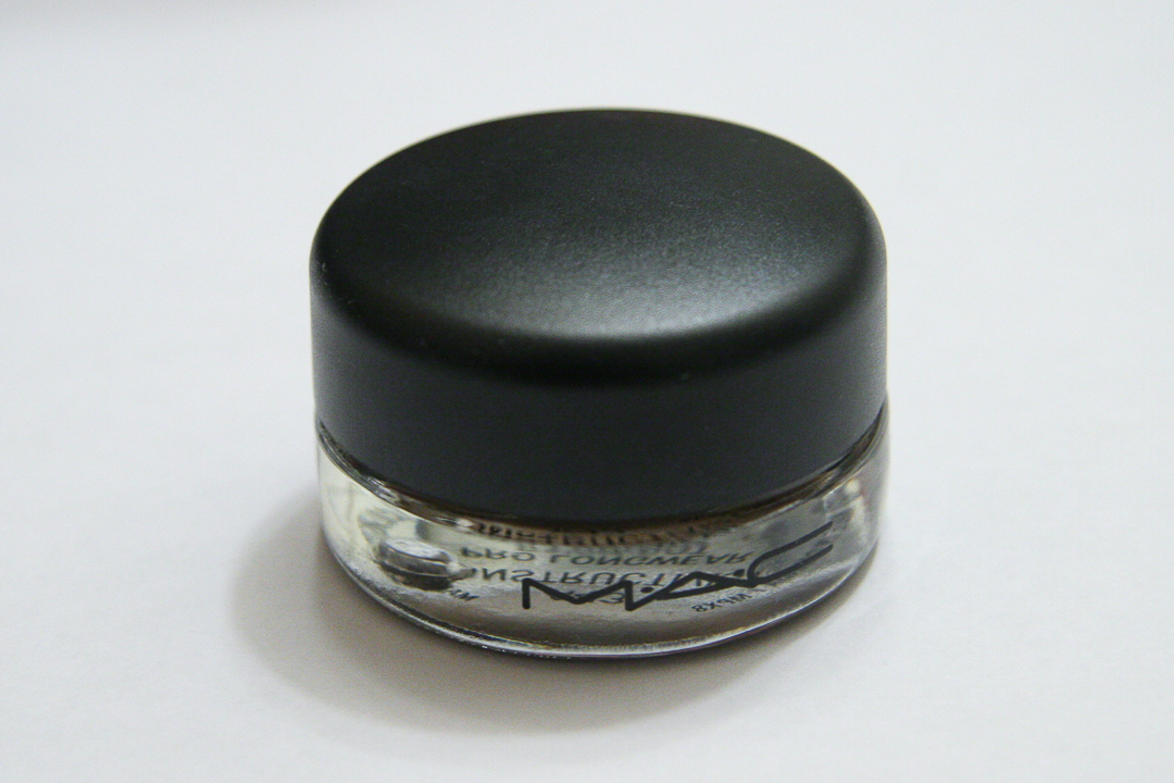 Like all MAC Paint Pots, Constructivist is housed in a heavy glass jar with a black screw-on lid.