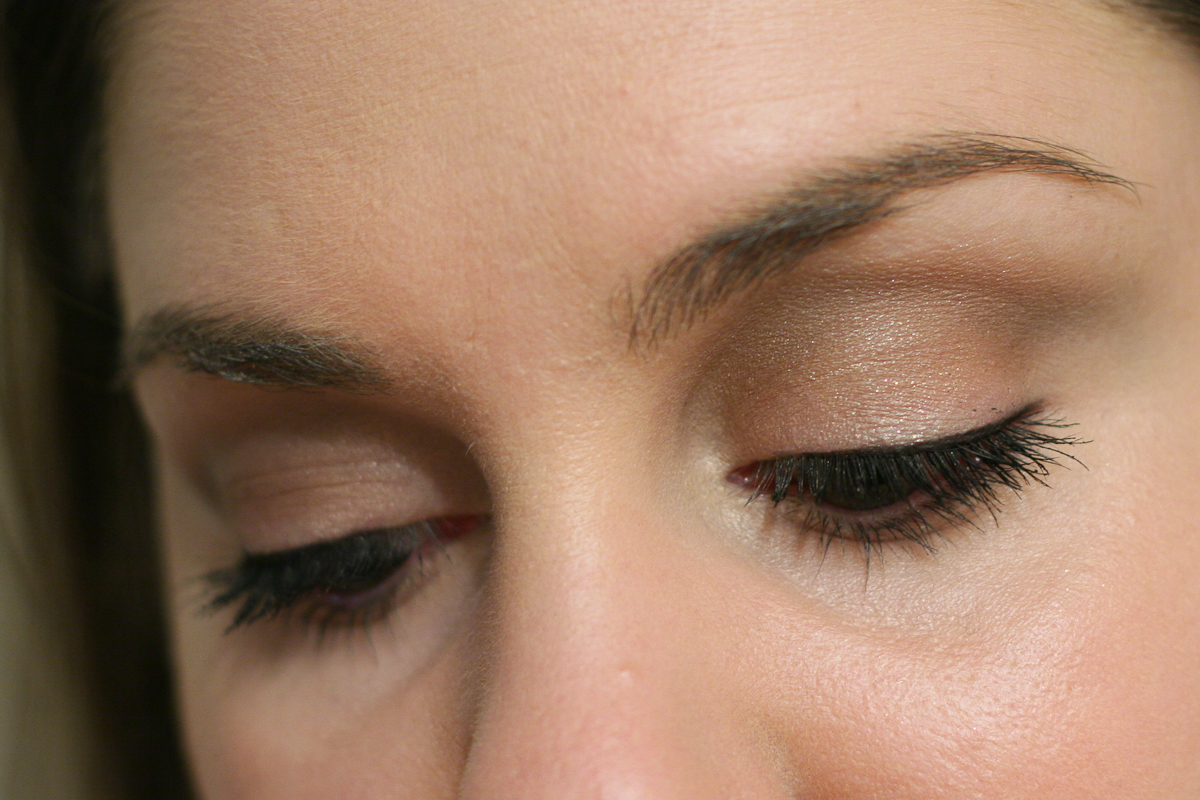 This is a very subtle look: Beige all over the lid, Naked on the outer lid, Blazing Star on the centre of my lid, Ivory on my brow bone, Slate in my crease, and Cement in my upper crease.