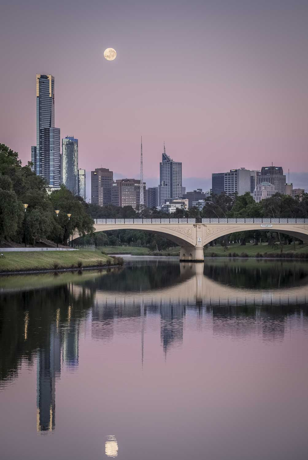 Moonrise over Melbourne, Morell bridge