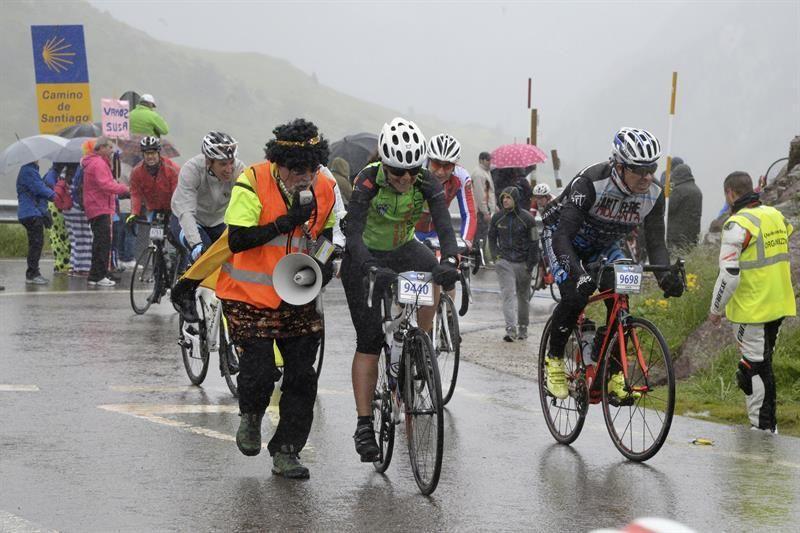 Dès les premiers lacets, de nombreux concurrents décidèrent de faire demi-tour pour rentrer en Espagne. Plus bas, d'autres à la limite de l'hypothermie et dans l'incapacité de continuer montèrent dans l'un des nombreux cars affrétés par l'organisation. Exceptionnellement, La Guardia Civil et la Gendarmerie ont autorisé un convoi de cyclistes à regagner l'Espagne par  le tunnel du Somport.  Au total, ces conditions dantesques ont entraîné 2600 abandons.  Après cette descente polaire dans  la vallée d'Aspe , les conditions plus agréables dans la montée du  col de Marie Blanque  ont permis aux organismes de se réchauffer avant d'affronter les quatre derniers kilomètres du col à plus de 11% de moyenne dont la réputation n'est plus à faire.  Le ravitaillement sur  le plateau du Benou  était bienvenu avant la descente sur  la vallée d'Ossau  et les vingt-neuf kilomètres d'ascension du  col du Pourtalet . La pluie et le froid étaient à nouveau au rendez-vous dans les derniers kilomètres désertés cette année en raison des conditions quasi-hivernales par les spectateurs habituellement très nombreux.  Heureusement, les conditions étaient plus favorables sur la fin du parcours et notamment dans la dernière difficulté, la montée à  Hoz de Jaca  par la route en corniche surplombant  le lac de Bubal  dans laquelle quelques fanfares accueillaient les rescapés du jour.  Notons que le pour la première fois, le premier à avoir franchi la ligne d'arrivée est un français puisqu'il s'agit de  Nicolas Roux du team Mavic  qui est revenu après une première expérience en 2015, conquis par les charmes de la Quebrantahuesos.