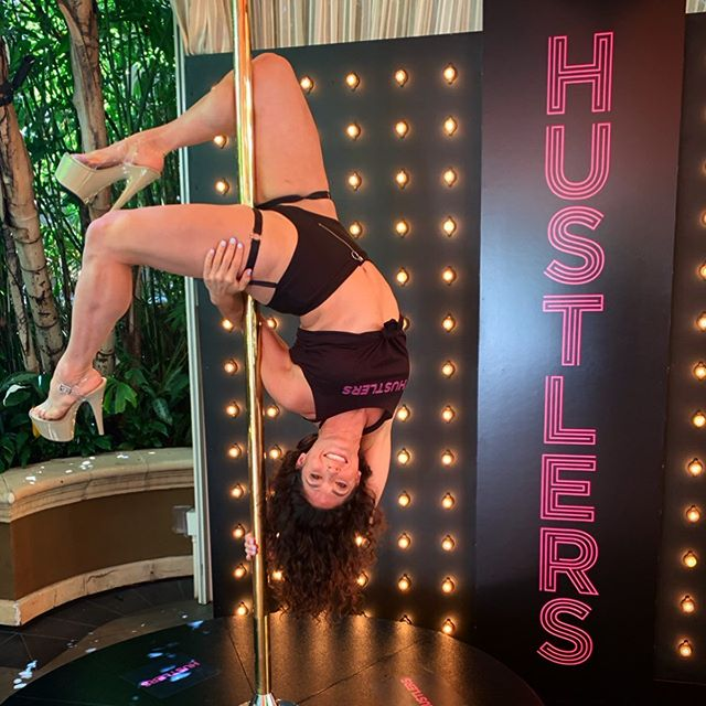So much fun working the @hustlersmovie press event yesterday teaching influencers some pole moves! 🤸🏽‍♀️ I love seeing the joy and empowerment that learning pole provides, and answering the questions that so many have about being a pole dancer. 🙌🏼 We met some fascinating and lovely people. 🙃 - Thank you @minastars for the fantastic opp and @sthanlee for always looking out for us dancers on the step n repeat! 🙏🏼 Dope crew representin' with @andrealans17 and @elizabethdivine. 💕 @iamcardib you're the realest. 👊🏼 - #hustlersmovie #fourseasonsbh #hustlers #officiallyahustler #grateful #thankyou