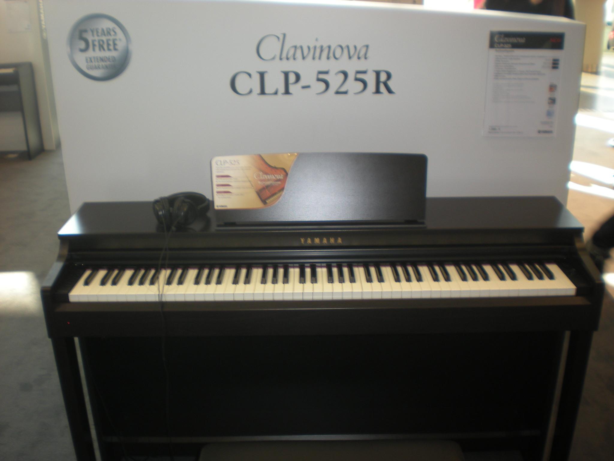 Yamaha_Clavinova_CLP-525_face.JPG