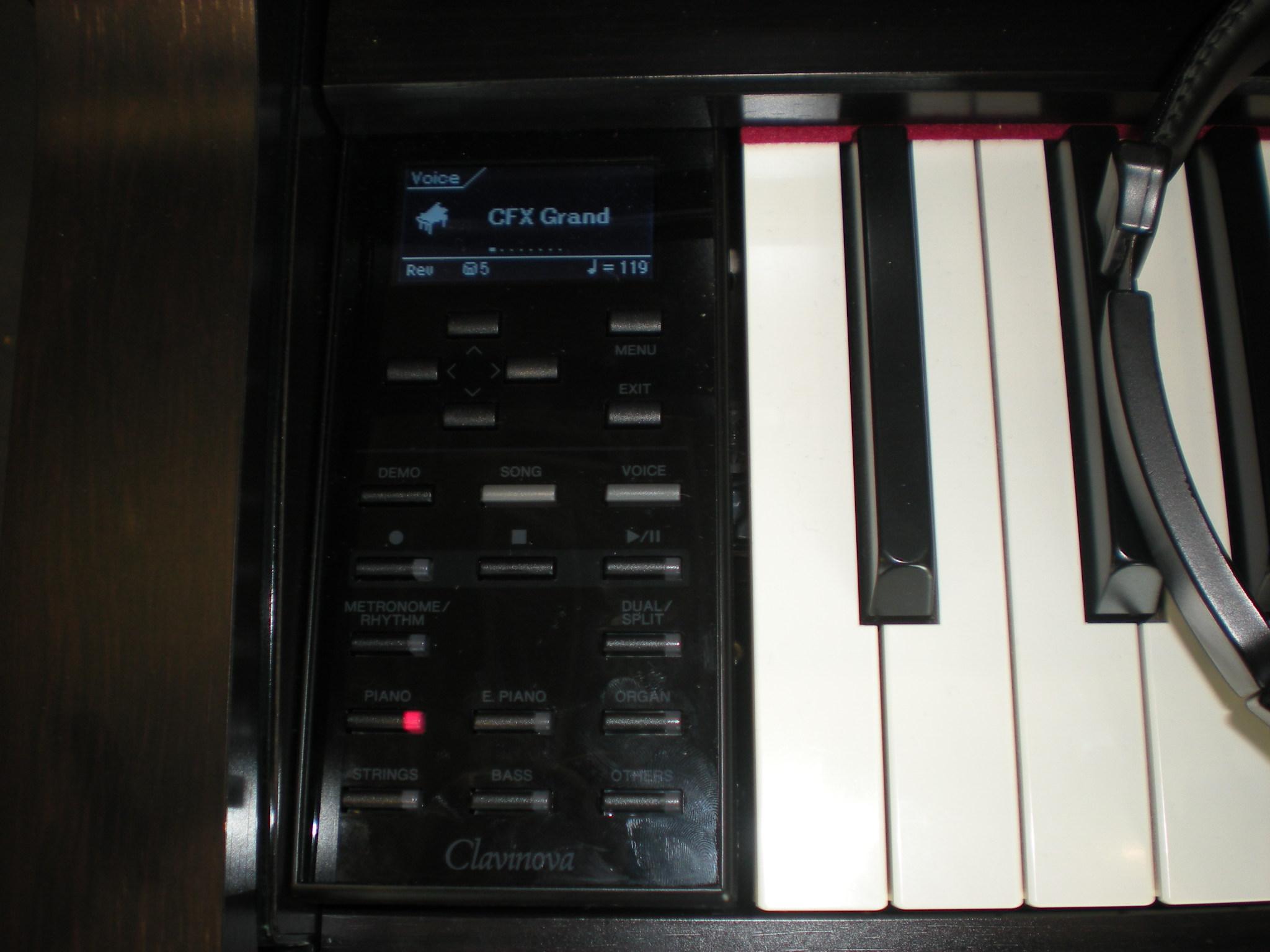 Yamaha_Clavinova_CLP-575_details.JPG