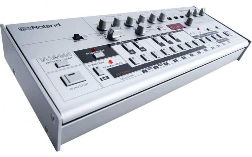 新的Roland TB-03 ($349 美元) 使用了Analog Circuit Behavior (ACB)技術,再現TB-303合成器的音色和特性。