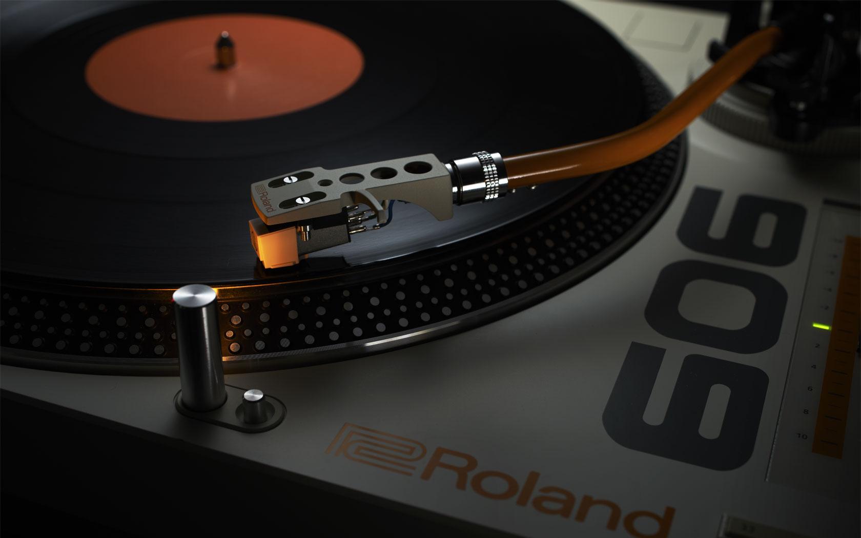 在TT- 99 三速唱盤具有一個針對穩定旋轉的系統,並內置了均衡器。