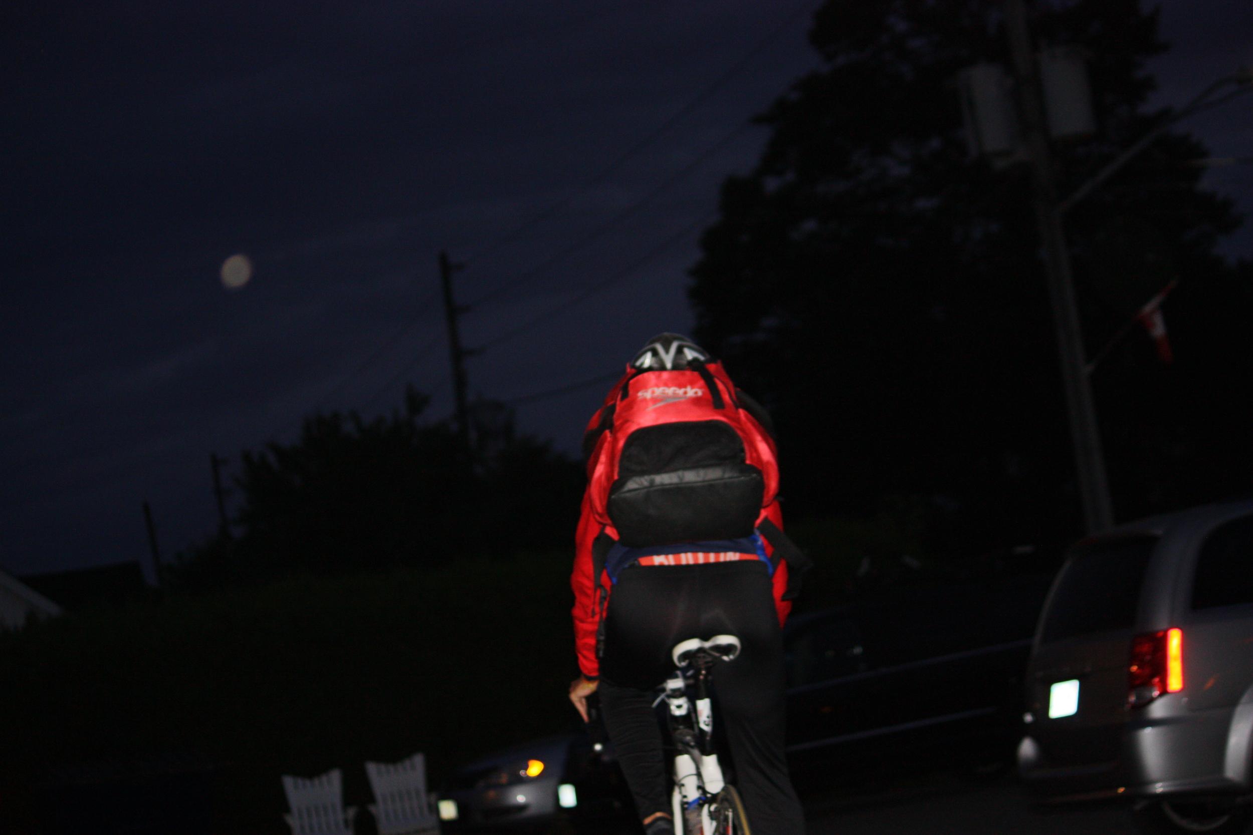 5h30 a.m. Direction vers le site en vélo.