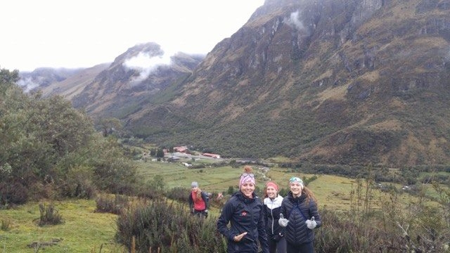 Pour nous acclimater, une belle marche en montagne jusqu'à 4000m d'Altitude avec Emy, Amélie et Andréanne.