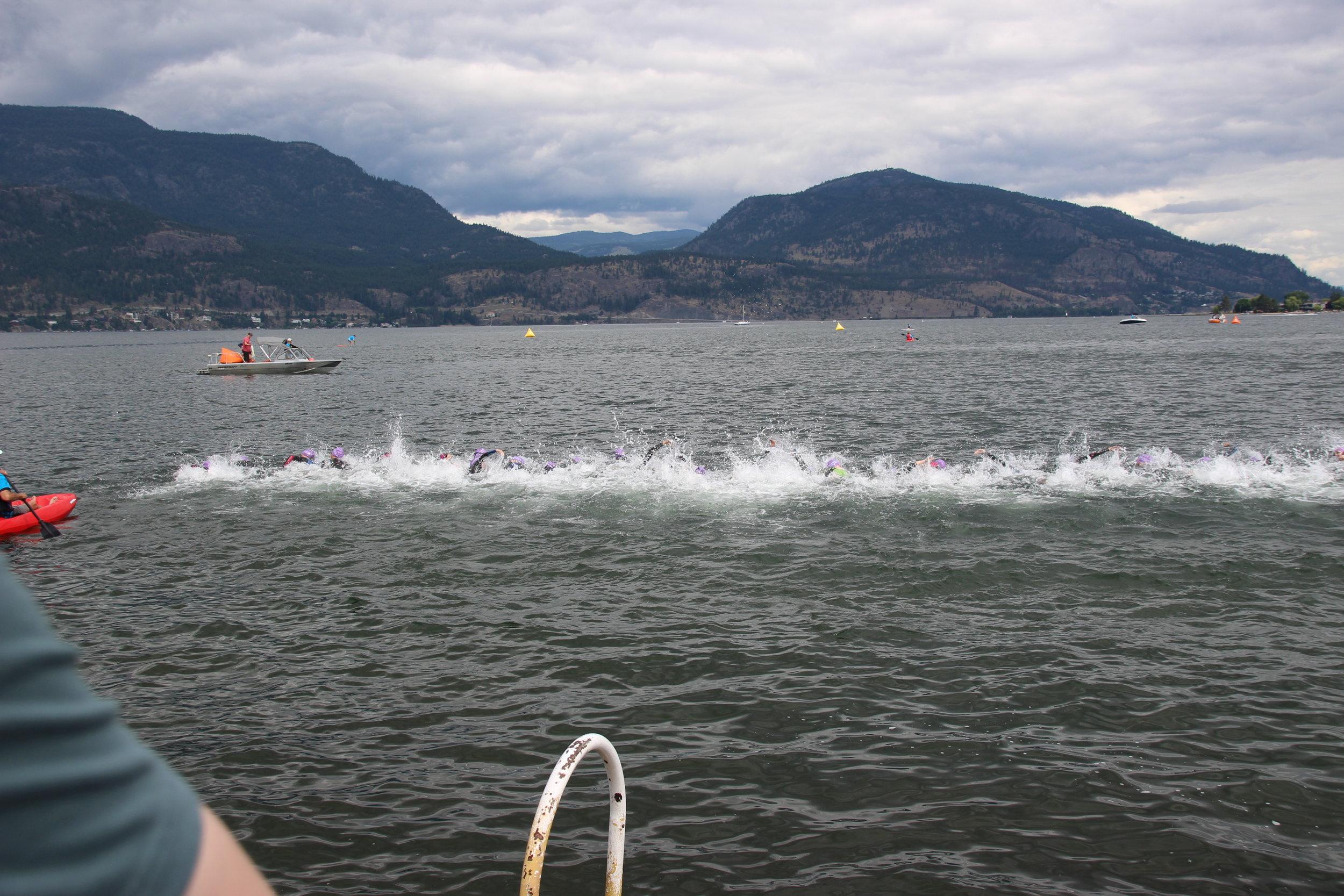 Départ de la natation. Finale. Lac Okanagan